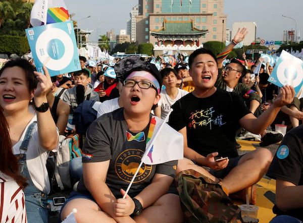 台湾の住民投票で同性婚は支持さ...